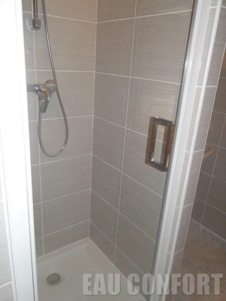 Pose porte de douche interesting pose carrelage plancher - Pose porte douche verre ...